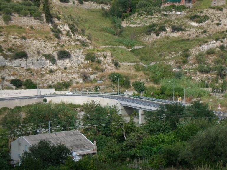 Strada e viadotto a Villafranca Tirrena